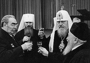 Брежнев, будущий «патриарх» Алексий II, «патриарх» Пимен и раввин Яков Фишман празднуют годовщину октябрьской революции.